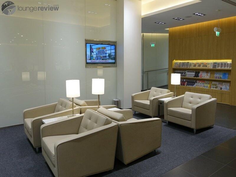 LHR united arrivals lounge 09378