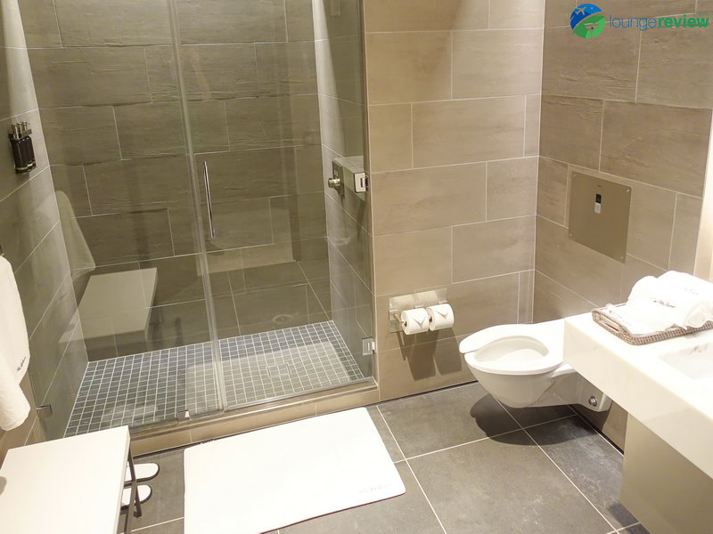 United Polaris Lounge Newark shower suite