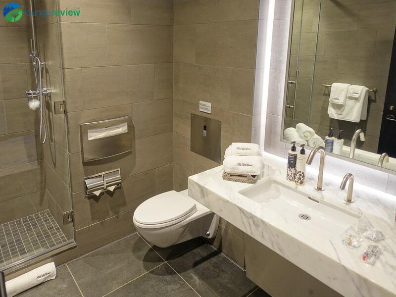 United Polaris Lounge shower suite