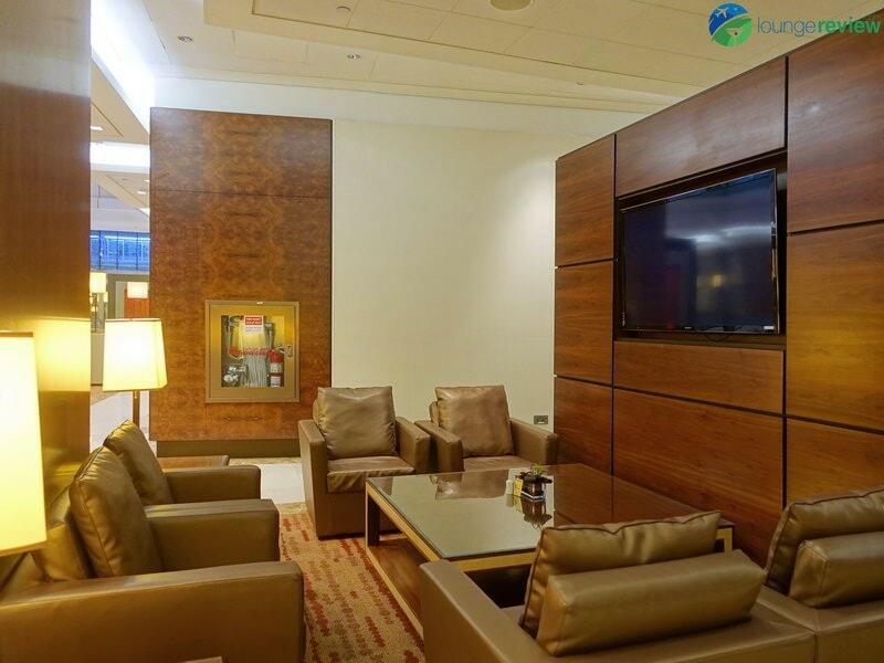 3815 DXB emirates business class lounge dxb concourse a 01928